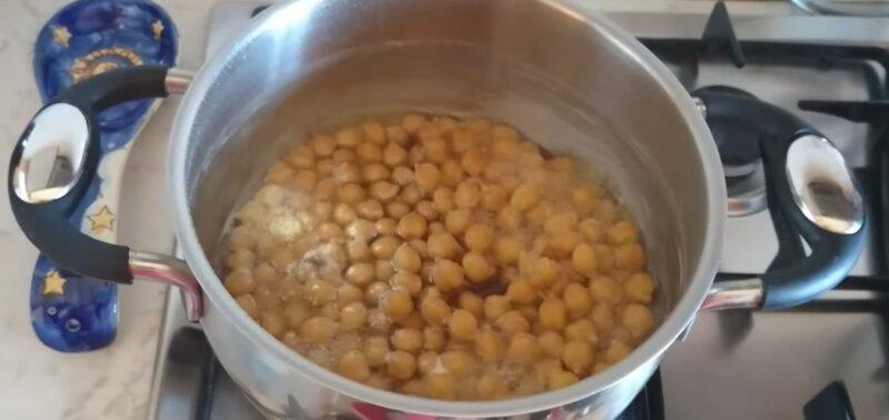 нут варится в кастрюле для хумуса