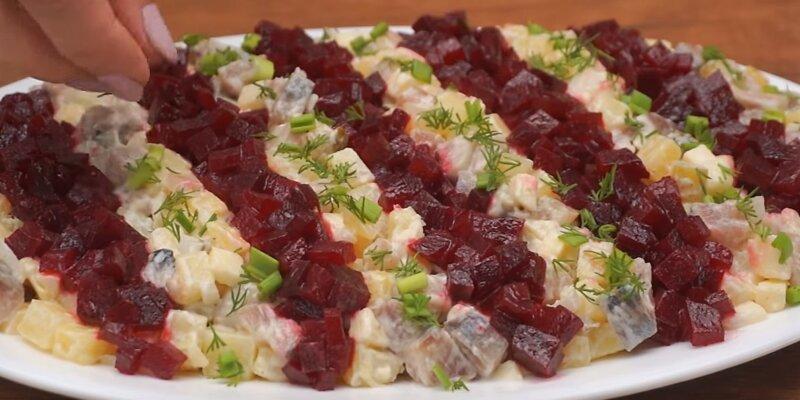на тарелке салат