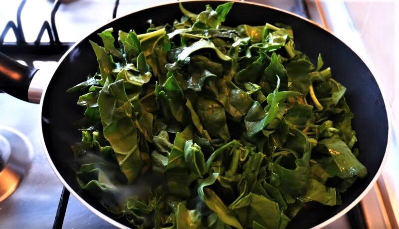 шпинат в сковороде