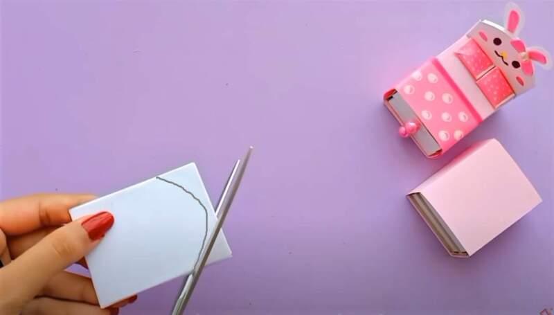 обрезание картона ножницами
