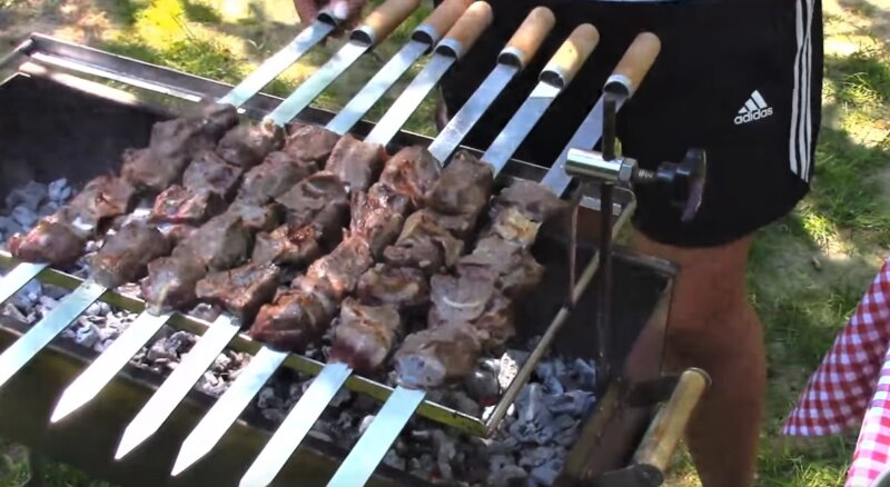 шампуры с мясом над углями