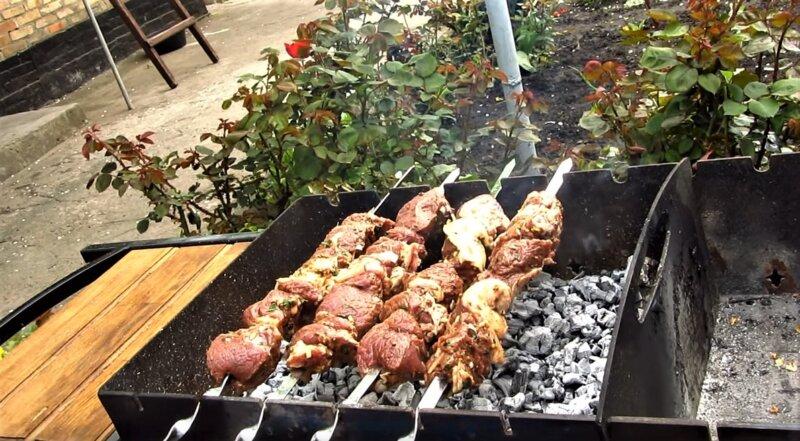 мангал с шашлыком из баранины