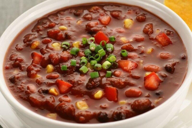суп с фасолью в тарелке