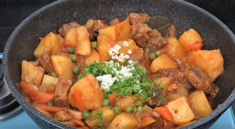 готовое блюдо со свининой и картошкой
