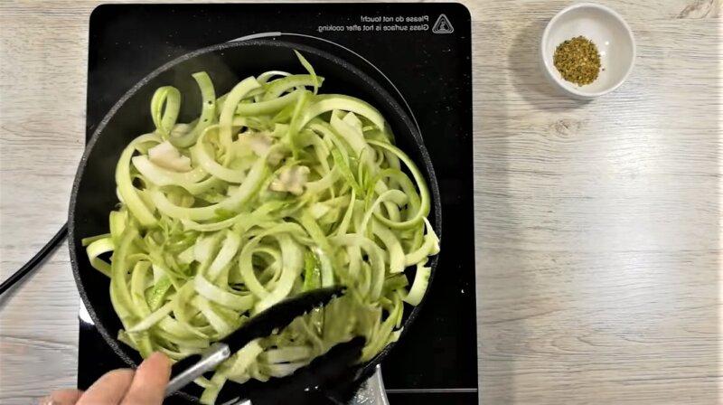 кабачок на сковороде