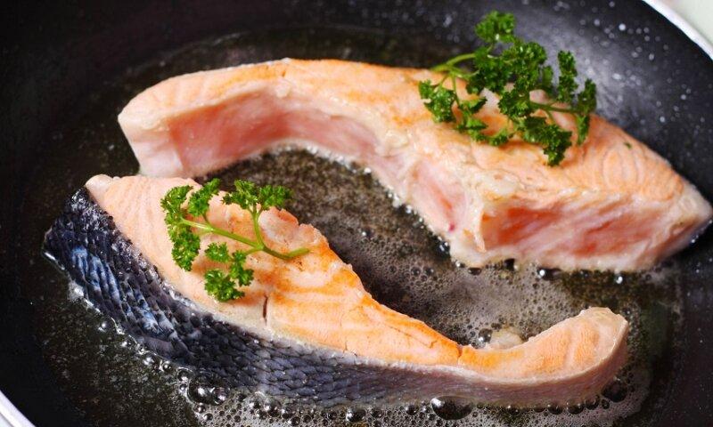 обжаривание филе лосося на сковороде