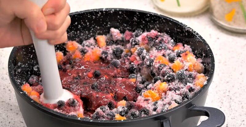 блендер перетирает ягоды смородины