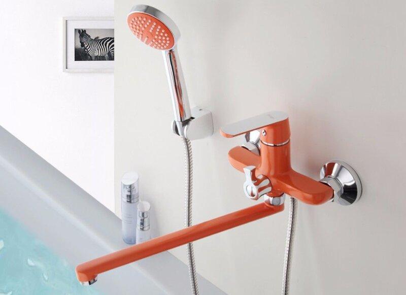 красный смеситель в ванную комнату