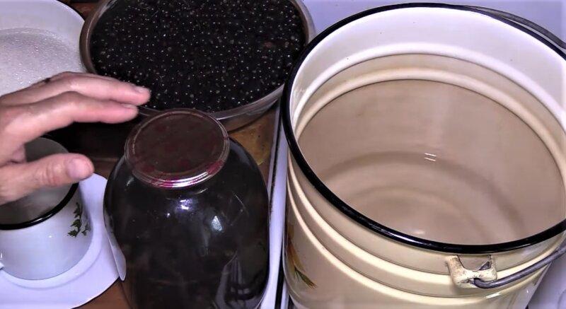 компот из черной смородины в 3 литровой банке