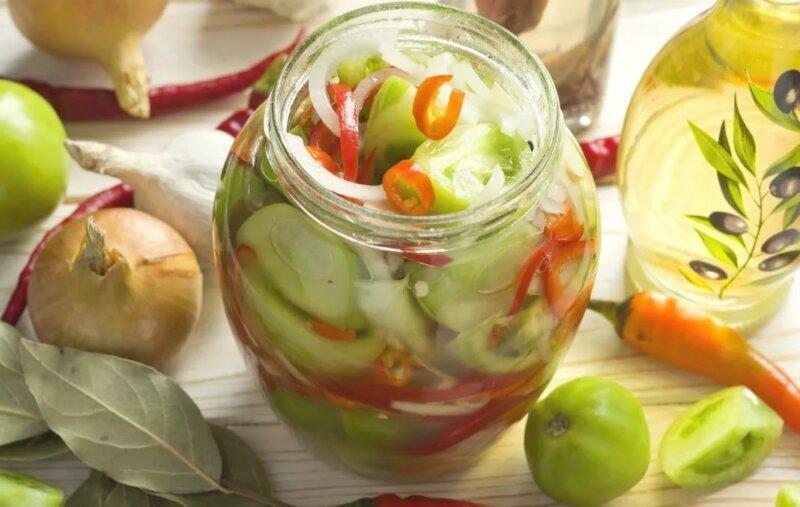 салат из зеленых помидор в банке