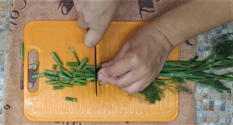 стебли укропа нарезать ножом