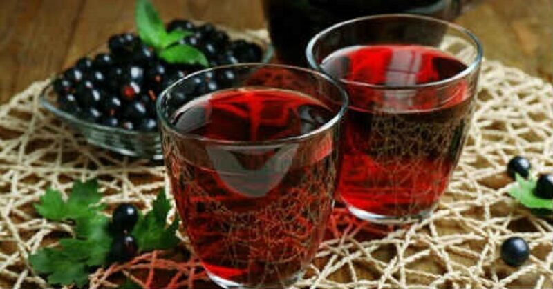 компот в стаканах из смородины
