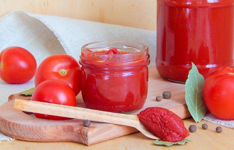 томатная паста в банке и ложке