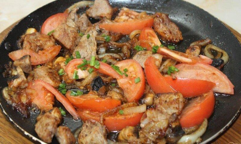 мясо кебаб на сковороде