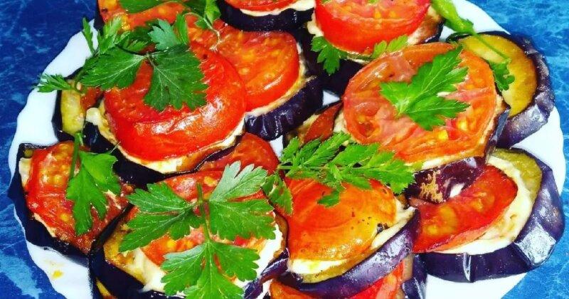 кружки обжаренных баклажанов с помидорами