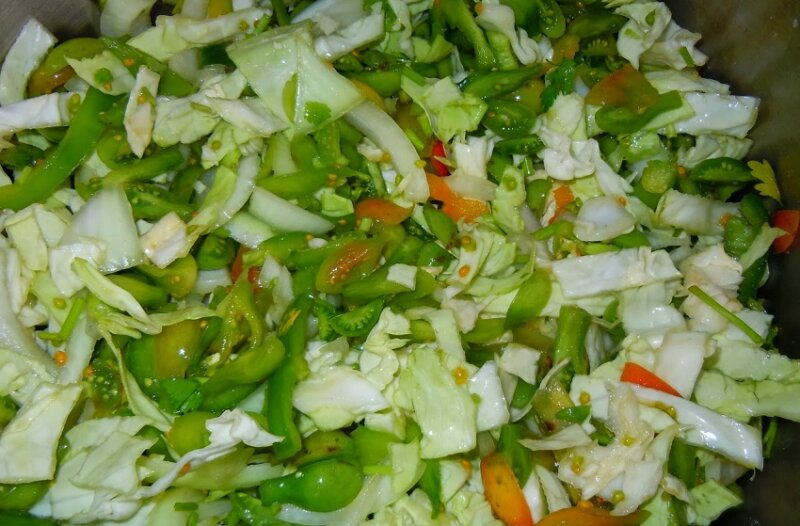 салат с капустой и зелеными помидорами