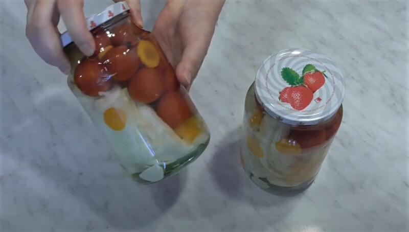 банки с заготовками - помидоры с капустой