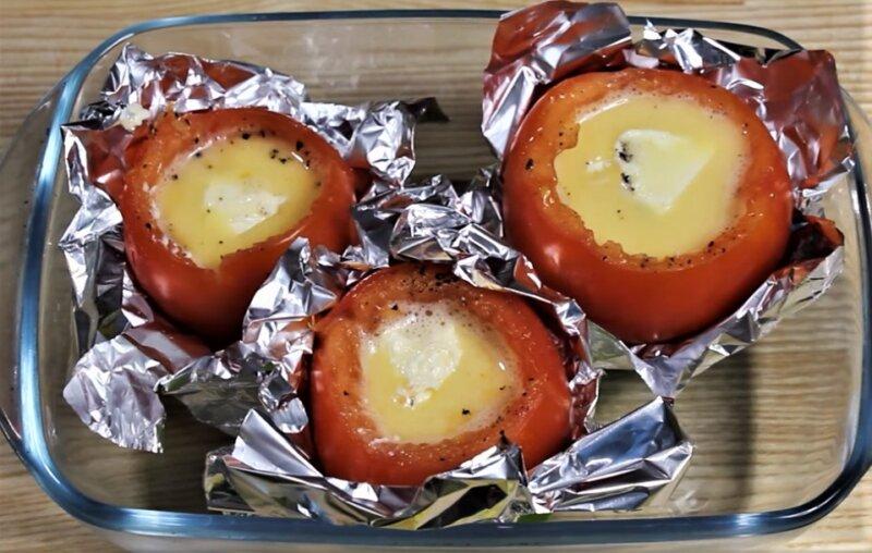 помидоры в фольге с яйцом
