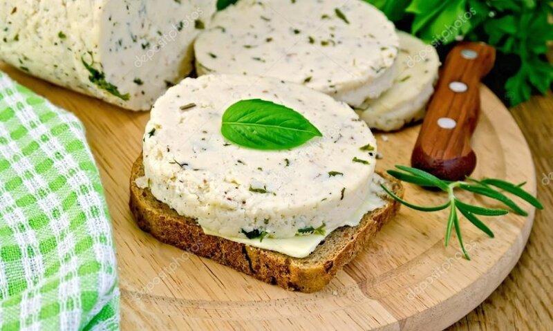 домашний сыр на кусочке хлеба