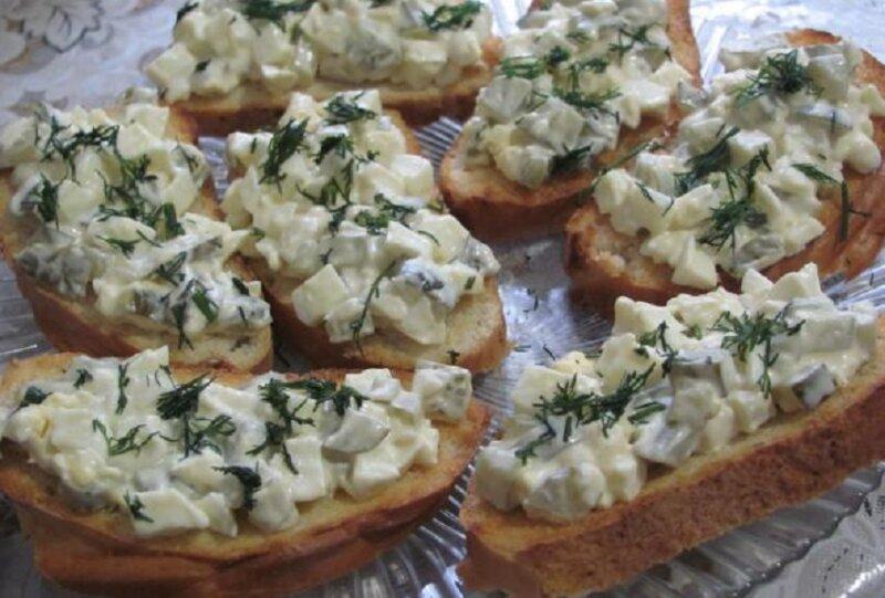 бутерброды горячие с яйцом и солеными огурцами