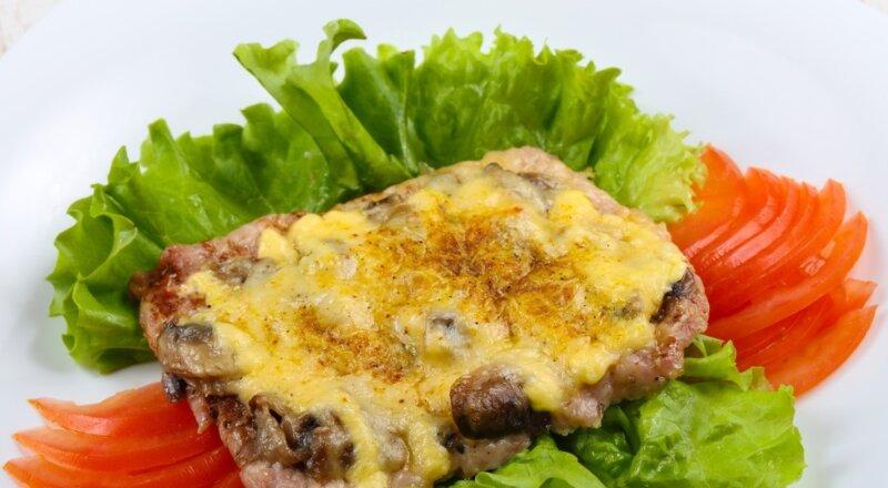 свинина в духовке с грибами и сыром