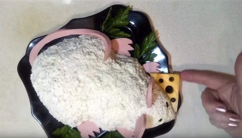 салат в форме мыши с сыром