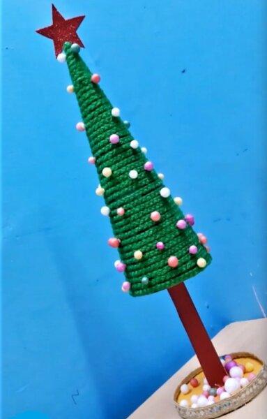 елка из подручных материалов