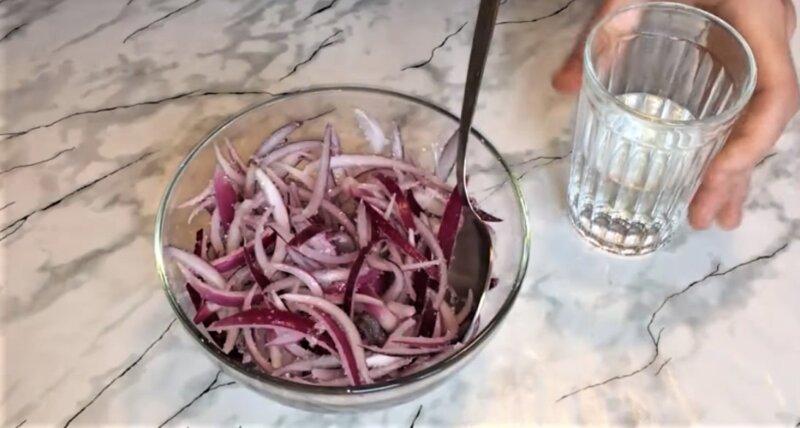 маринованный лук в миске