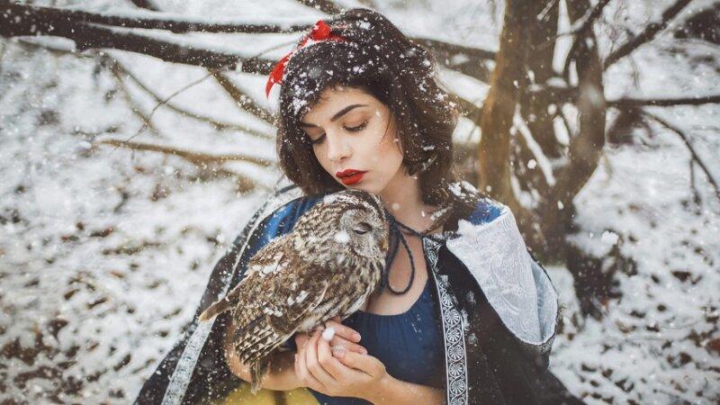 сова и девушка на снегу - новогодние картинки