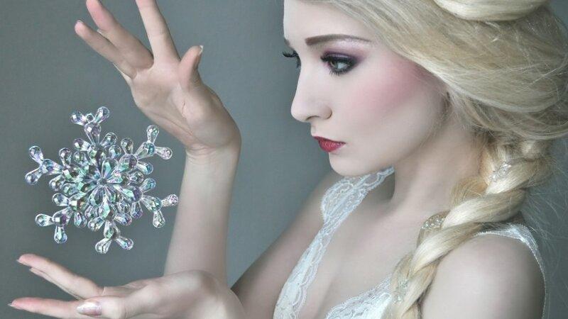 снежинка в руках девушки - новогодние картинки