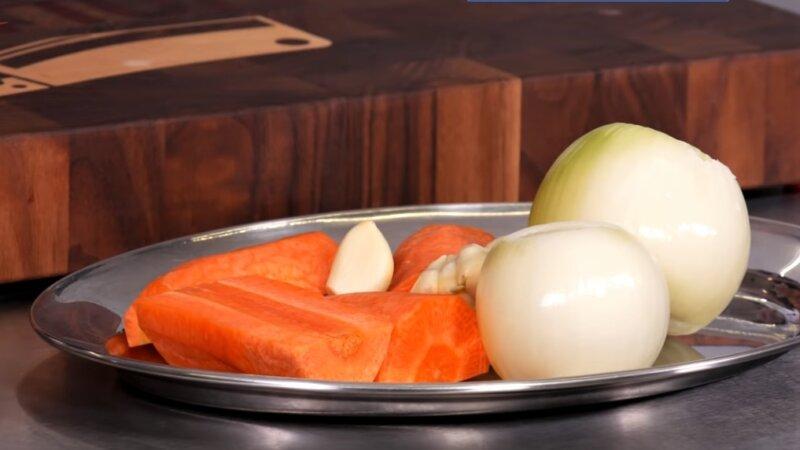 морковь и очищенный лук