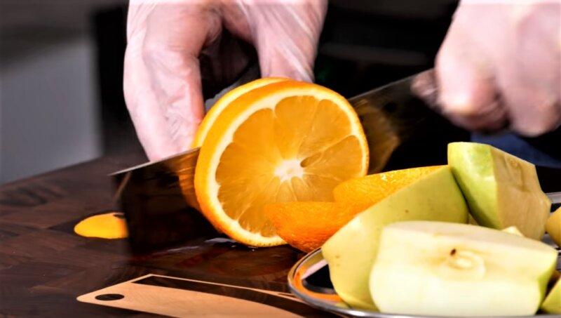 кусочки яблок и апельсина