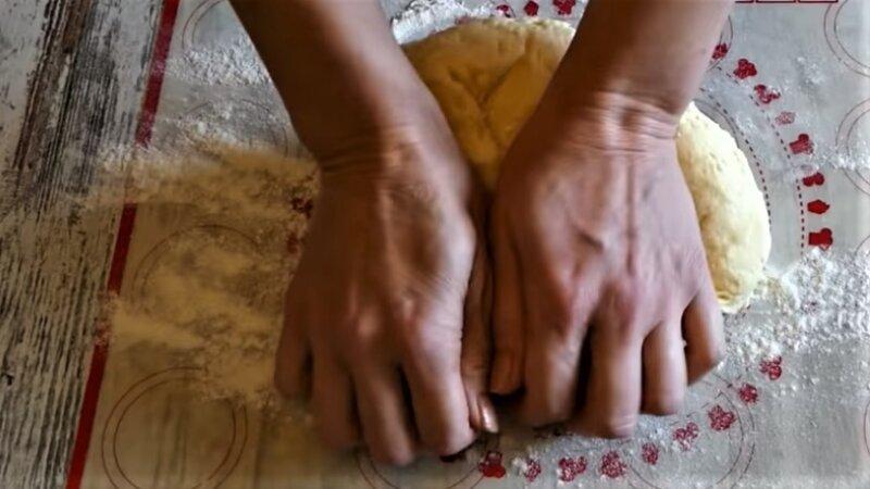 вымешивание творожного теста руками