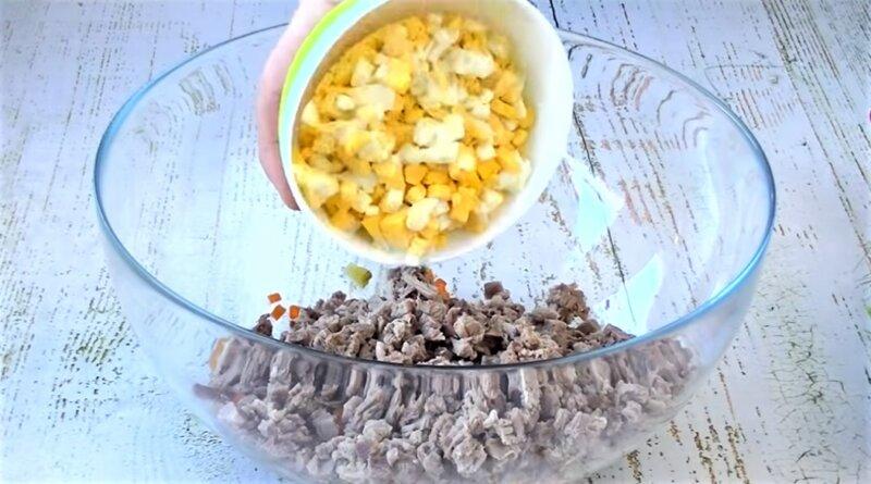 мясо и картофель в чашке
