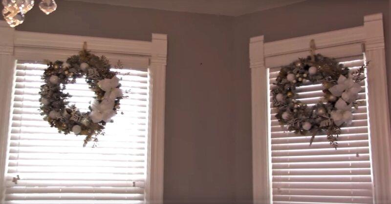 венки на окнах