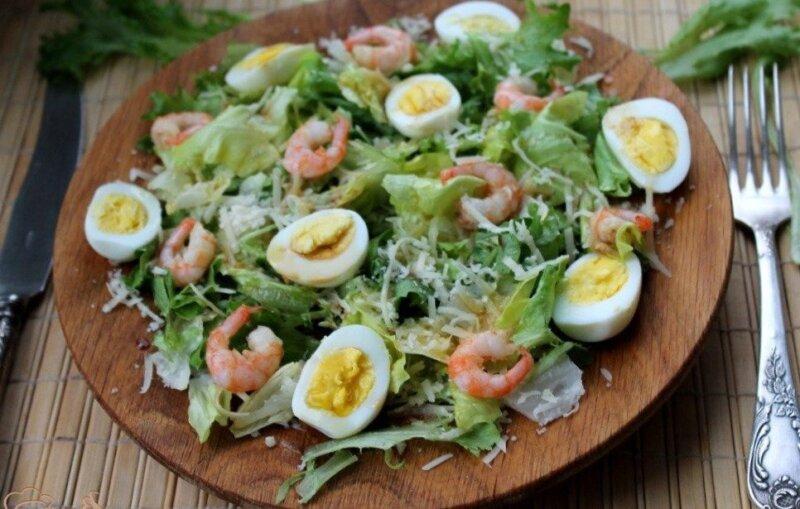 салат с яйцом и креветками