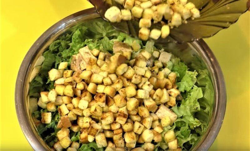 сухарики в салате