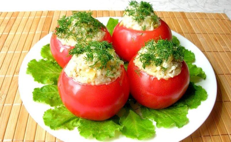 салат в помидорах с рыбными консервами