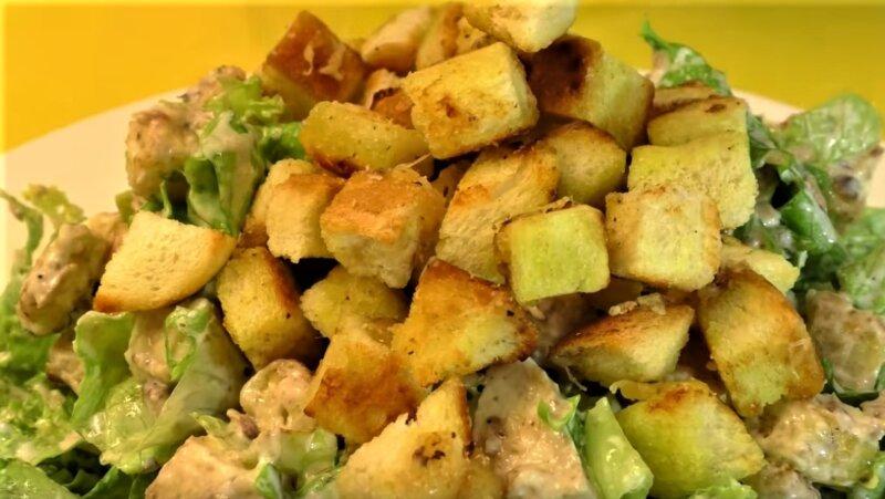 новый салат с сухариками