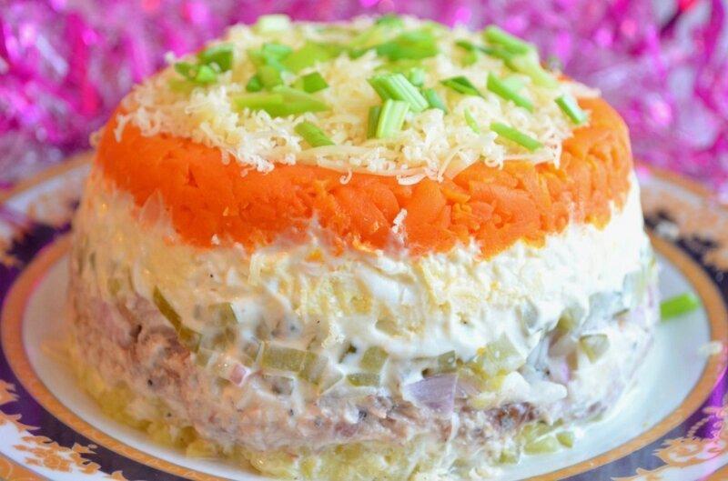 салат с рыбными консервами и соленым огурчиком
