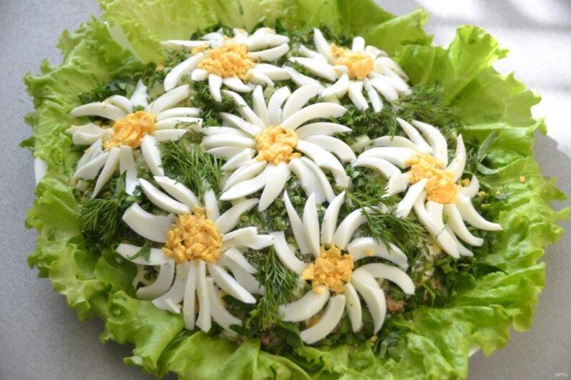 салат с консервированной горбушой Ромашковое поле