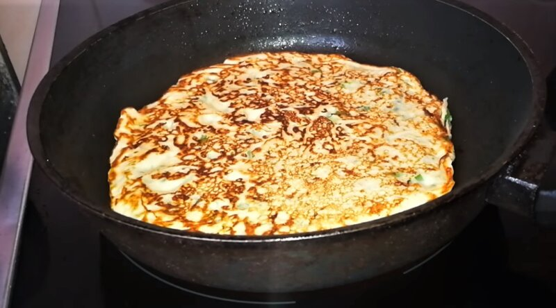 блин с сыром и зеленью на сковороде