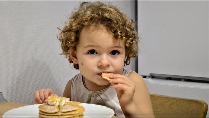 ребенок ест панкейк