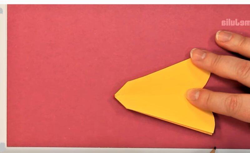 цветок на красной бумаге