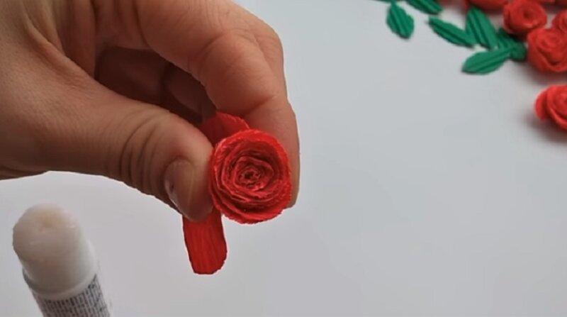 красная роза из бумаги