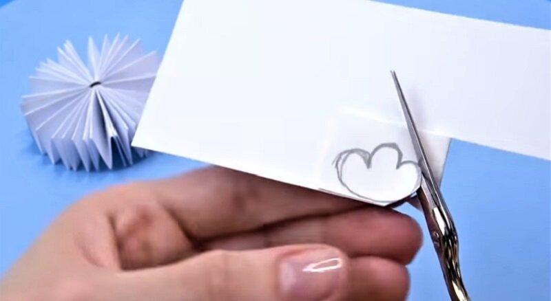 шаблон лапок на бумаге