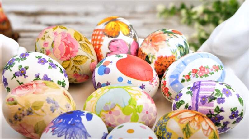 яйца на тарелке к празднику Пасхи