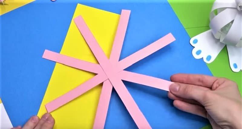 полоски розовой бумаги