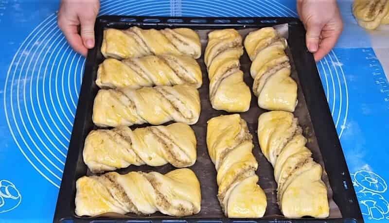 заготовки булочек на противне