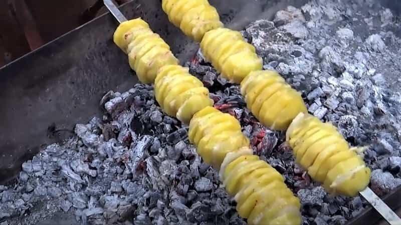 над углями запекается картошка